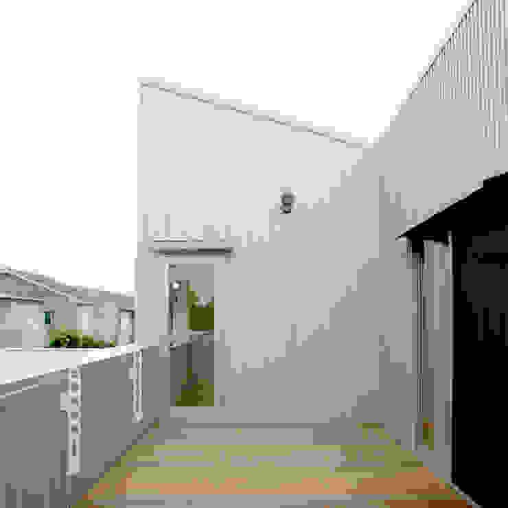 Балкон и терраса в стиле модерн от M設計工房 Модерн Металл