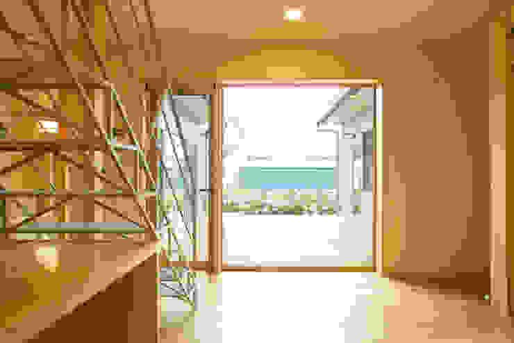 3つのテラスが自然を採り入れる、中庭が景色をつなぐ家 モダンデザインの リビング の M設計工房 モダン 木 木目調