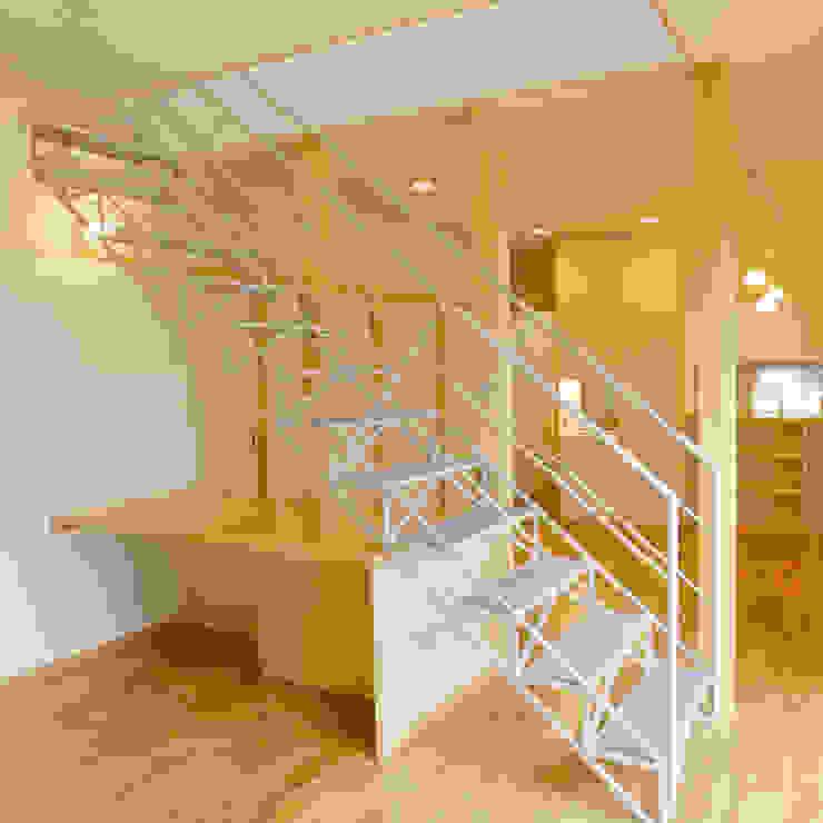 3つのテラスが自然を採り入れる、中庭が景色をつなぐ家 モダンスタイルの 玄関&廊下&階段 の M設計工房 モダン 鉄/鋼