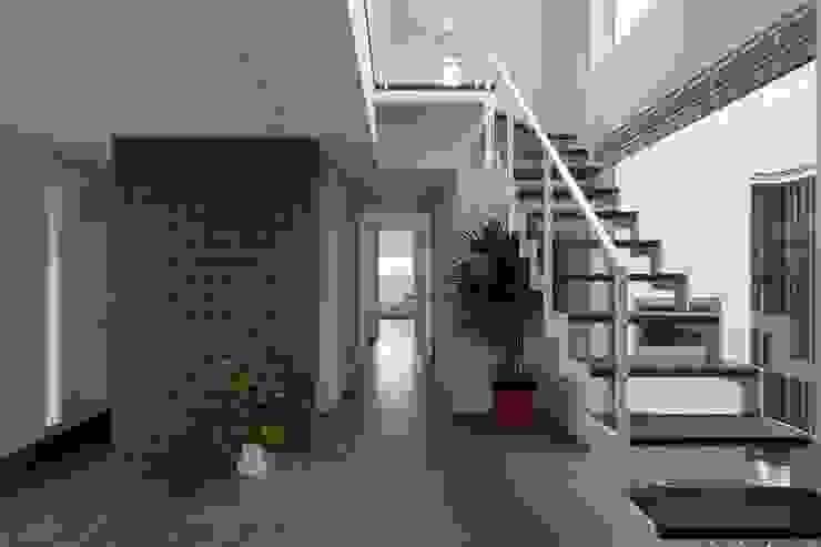 Modern corridor, hallway & stairs by LITTLE NEST WORKS Modern