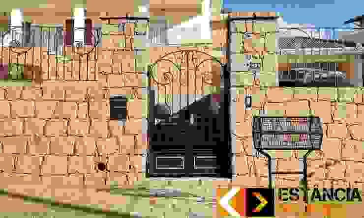 Dinding & Lantai Gaya Rustic Oleh Estância Pedras Rustic
