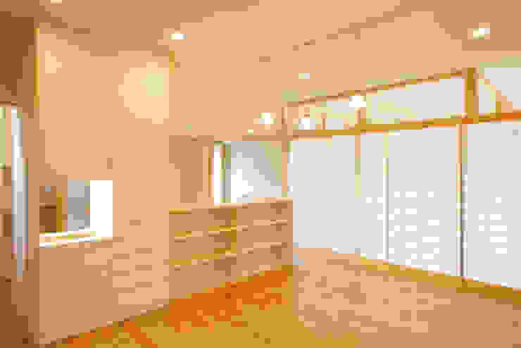 Столовая комната в стиле модерн от M設計工房 Модерн Дерево Эффект древесины