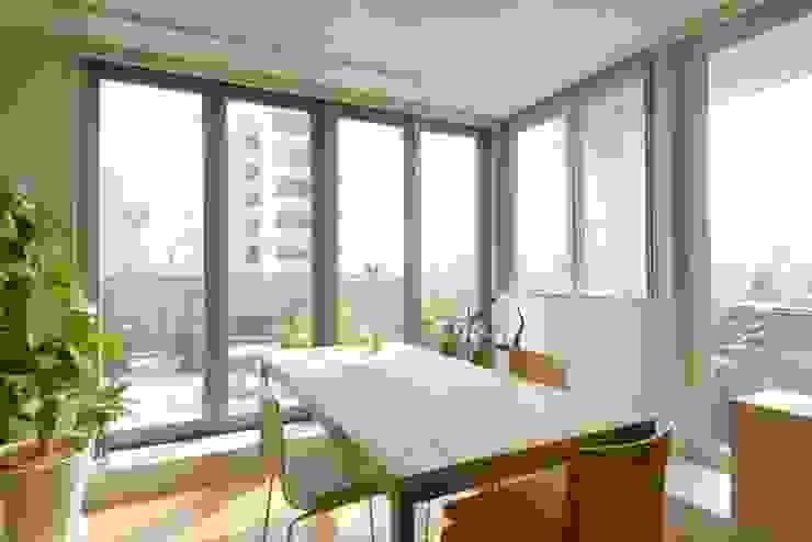 自在にコントロールできる断熱ブラインド: ティー・ケー・ワークショップ一級建築士事務所が手掛けたスカンジナビアです。,北欧