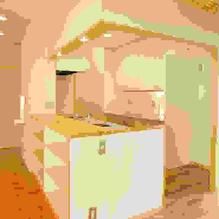 Кухня в стиле модерн от M設計工房 Модерн Дерево Эффект древесины