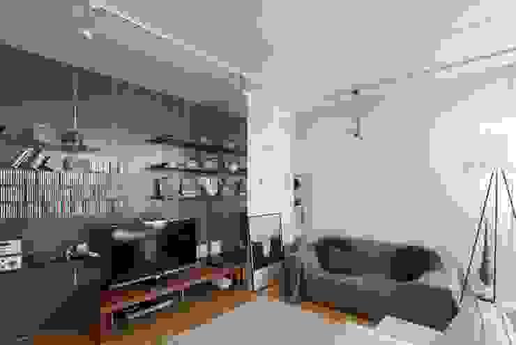 自由にアレンジできるリビング壁面: ティー・ケー・ワークショップ一級建築士事務所が手掛けたスカンジナビアです。,北欧