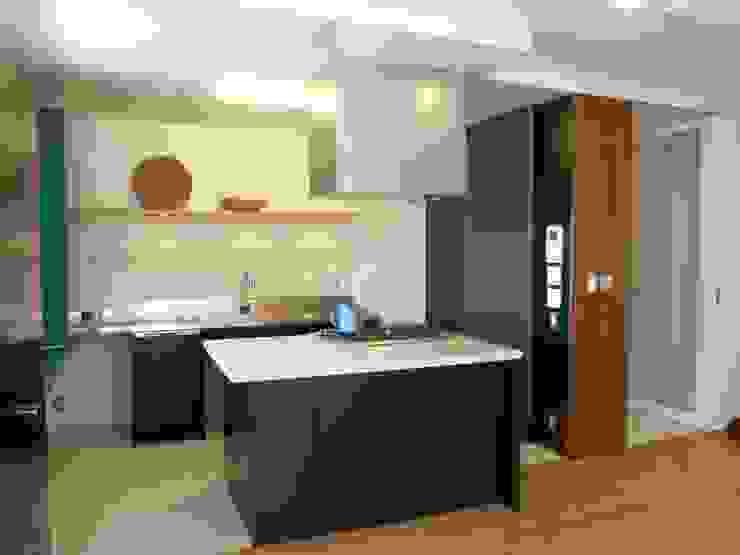みんなで料理するアイランドキッチン 北欧デザインの キッチン の ティー・ケー・ワークショップ一級建築士事務所 北欧