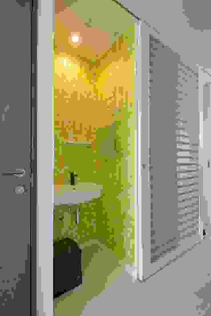 手洗いコーナーの花柄クロス: ティー・ケー・ワークショップ一級建築士事務所が手掛けたスカンジナビアです。,北欧