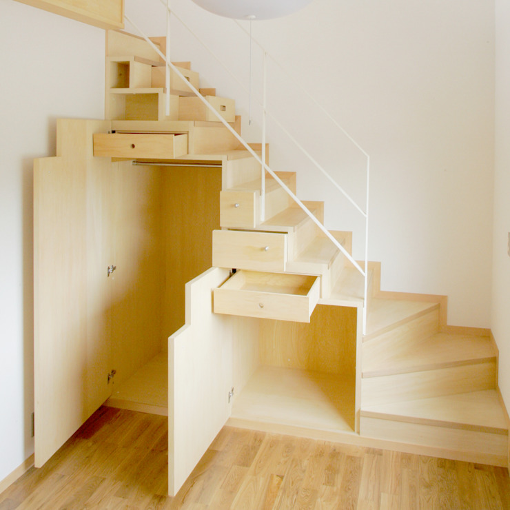 Pasillos, vestíbulos y escaleras modernos de M設計工房 Moderno Madera Acabado en madera
