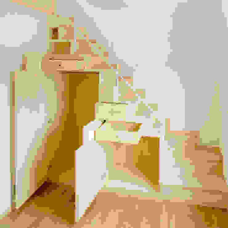 M設計工房 Modern Corridor, Hallway and Staircase Wood Wood effect