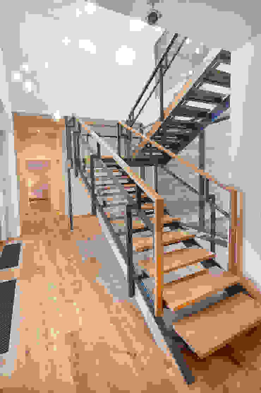 GoodLife Park дом №2 Коридор, прихожая и лестница в стиле минимализм от TSEH Architectural Group Минимализм