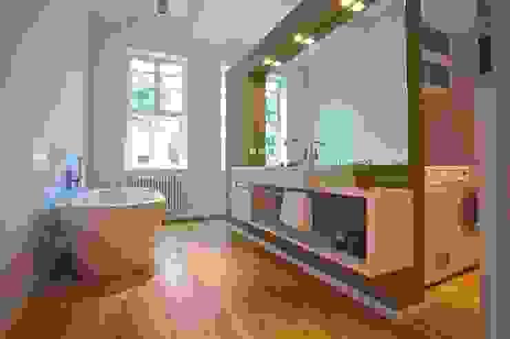 Umbau und Sanierung eines denkmalgeschützten Fachwerkhauses / Barock und Gegenwart Ausgefallene Badezimmer von Bussemas Architekten Ausgefallen