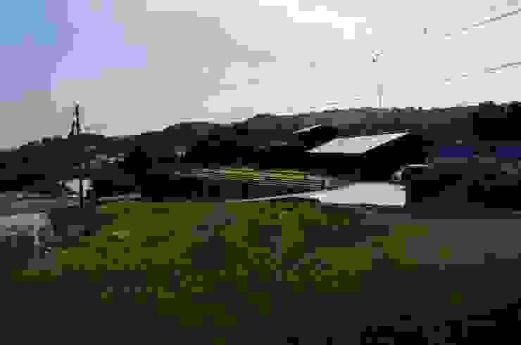 緑の中の外観 オリジナルな 家 の 虎設計工房 オリジナル 無垢材 多色