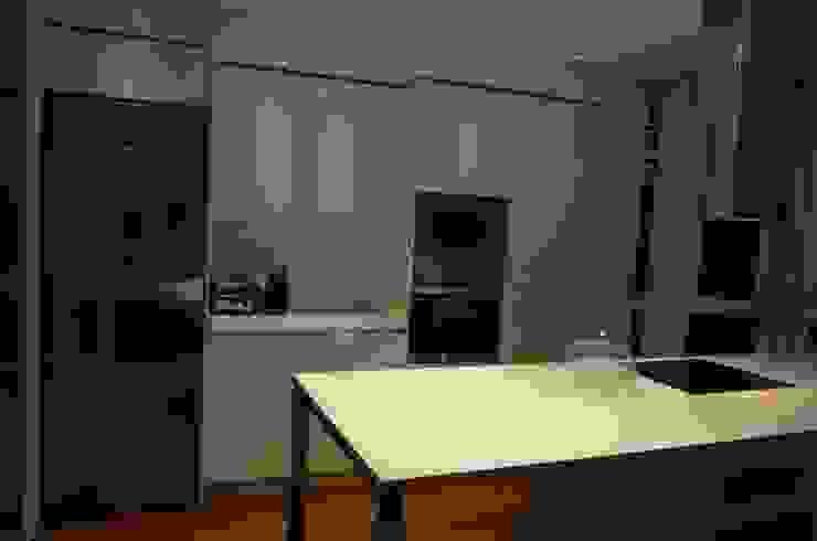 Cocina amplia y equilibrada. Cocinas de estilo moderno de Cocinel-la Moderno