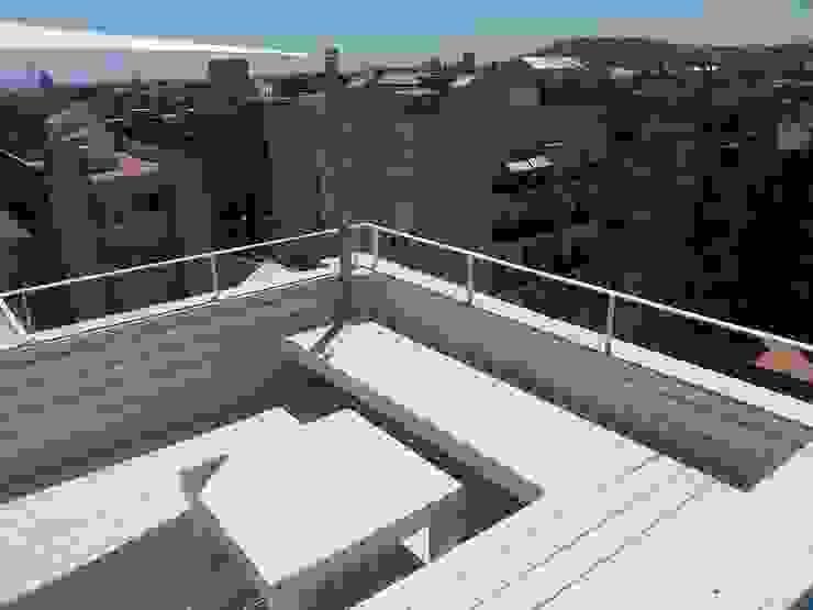 Reforma integral de un ático en Barcelona CUADRAT PINEN ARQUITECTES Balcones y terrazas de estilo moderno