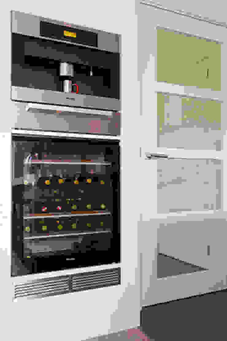 Inbouw koffiemachine en wijnklimaatkast van Miele: modern  door Intermat, Modern