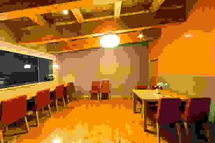 草屋根の下の食堂 オリジナルデザインの ダイニング の 虎設計工房 オリジナル 木 木目調