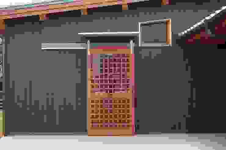 食堂の格子戸 オリジナルな 窓&ドア の 虎設計工房 オリジナル 木 木目調