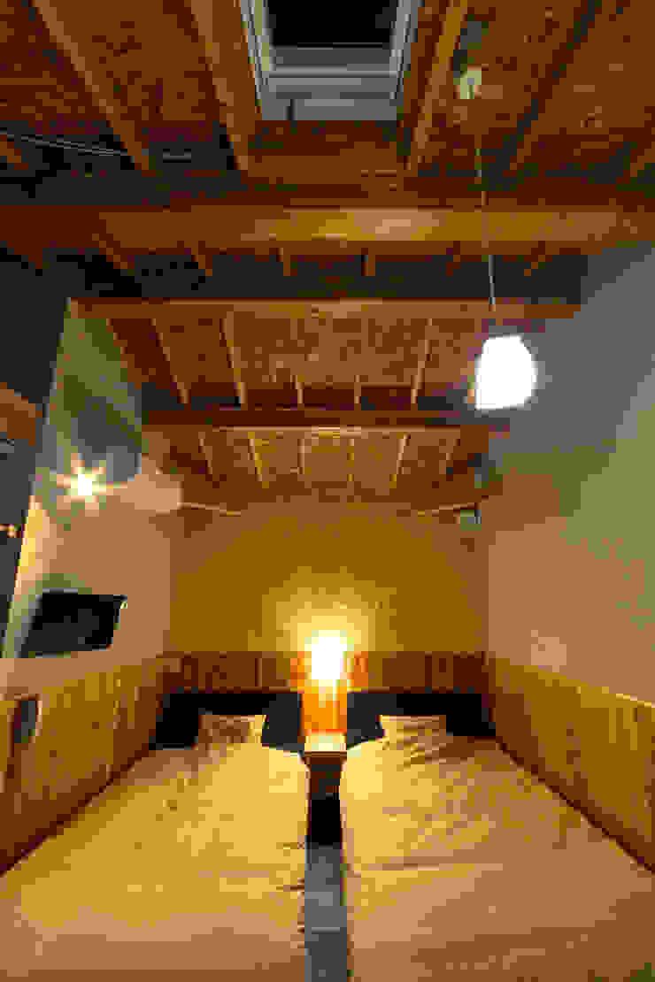 黄色の客室 オリジナルスタイルの 寝室 の 虎設計工房 オリジナル OSB