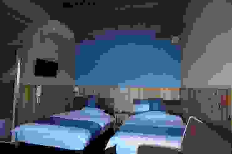 青色の客室 オリジナルな 壁&床 の 虎設計工房 オリジナル 無垢材 多色