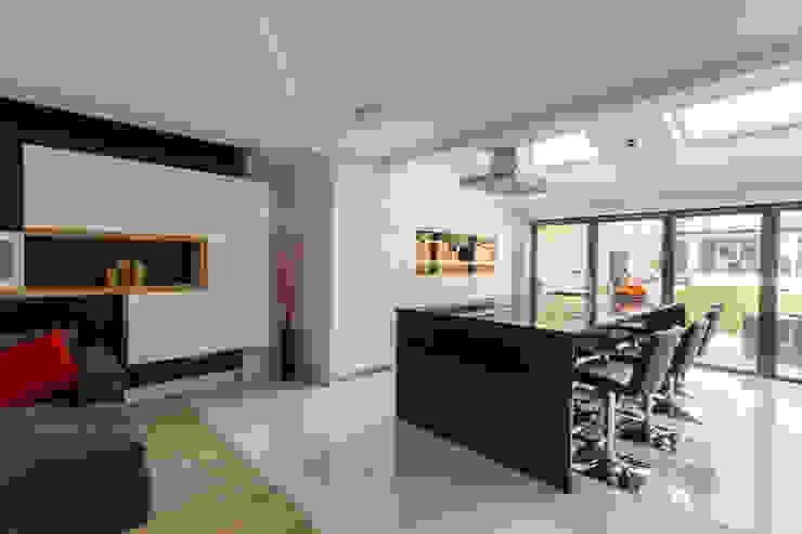 Kitchen Bar por GK Architects Ltd Moderno