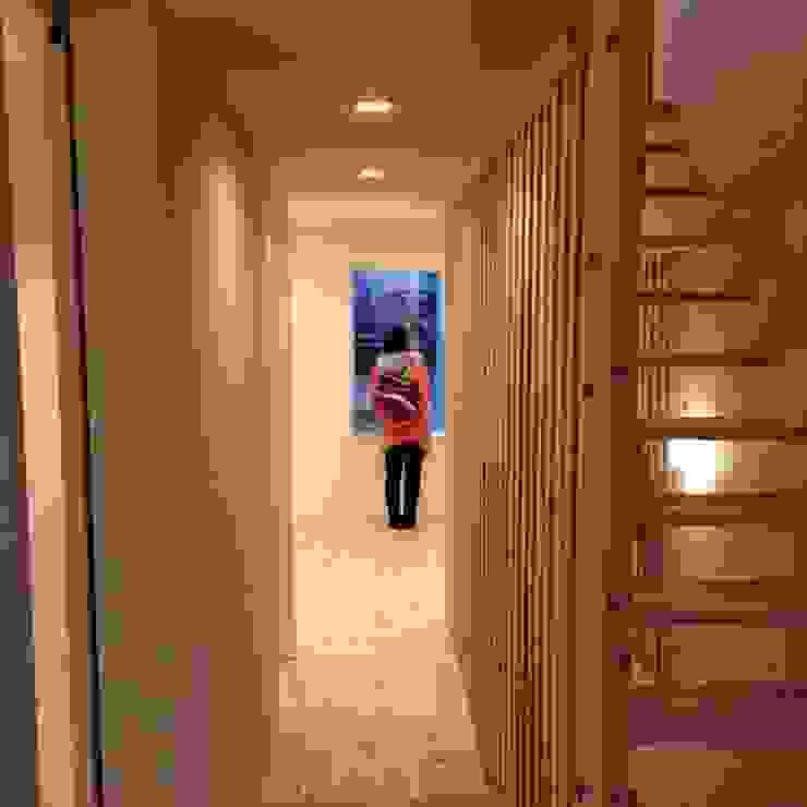 階段スペースを挟んだあっちとこっち。 北欧スタイルの 玄関&廊下&階段 の 建築設計事務所RENGE 北欧