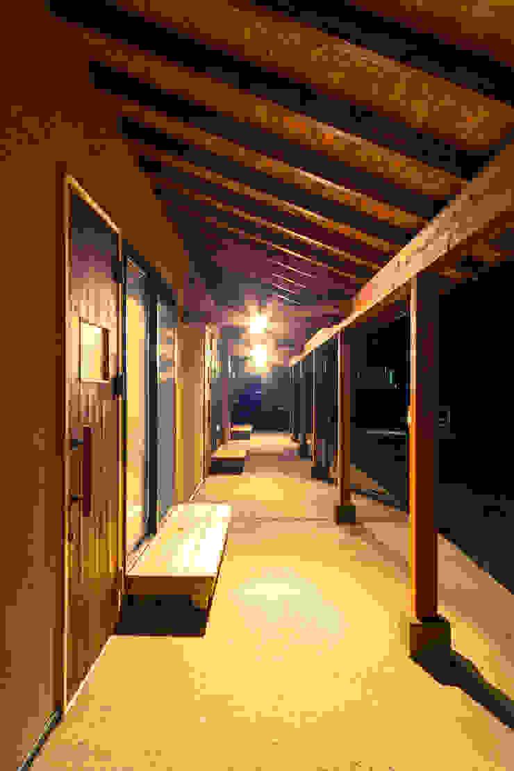回廊の夜景 オリジナルな 壁&床 の 虎設計工房 オリジナル OSB
