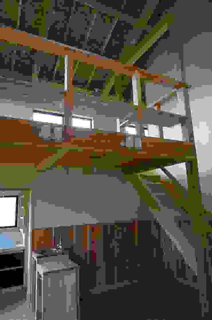 住宅の吹抜け居間 オリジナルデザインの リビング の 虎設計工房 オリジナル 無垢材 多色