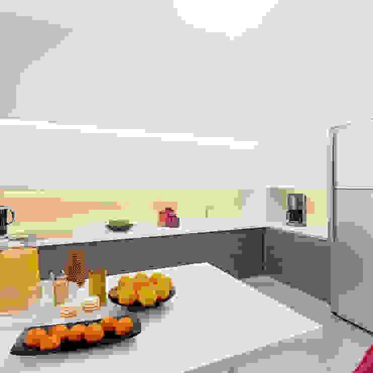 Авеню 77-10 Кухня в классическом стиле от ООО 'Студио-ТА' Классический