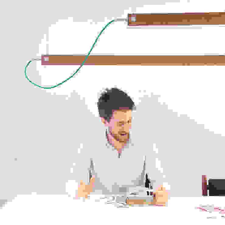 Per Meter 01 als hanglamp boven een bureau: modern  door Wisse Trooster - qoowl, Modern Hout Hout