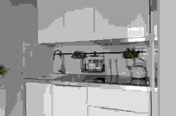 Kawalerka 25m2: styl , w kategorii Kuchnia zaprojektowany przez Architektownia,Minimalistyczny