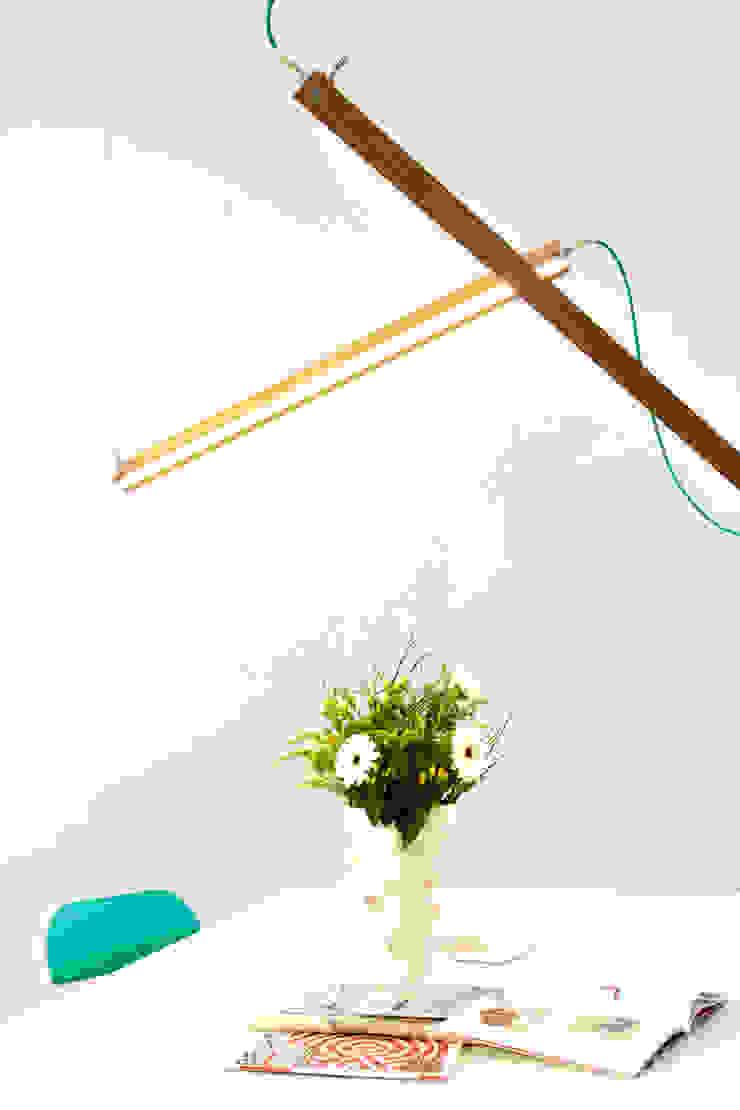 Per Meter 01 als hanglamp boven een eettafel: modern  door Wisse Trooster - qoowl, Modern Hout Hout
