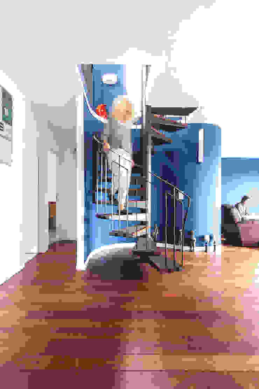 escalier Couloir, entrée, escaliers modernes par goodnova godiniaux Moderne