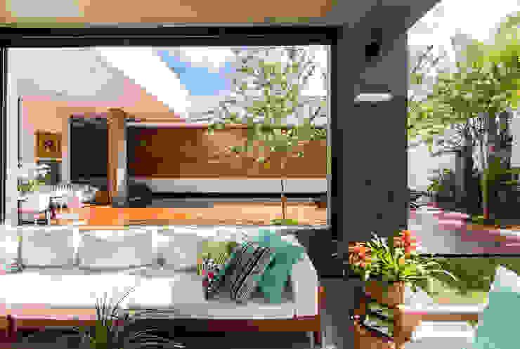 Балкон и терраса в стиле модерн от Felipe Bueno Arquitetura Модерн