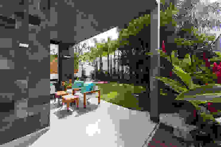 Hiên, sân thượng phong cách hiện đại bởi Felipe Bueno Arquitetura Hiện đại