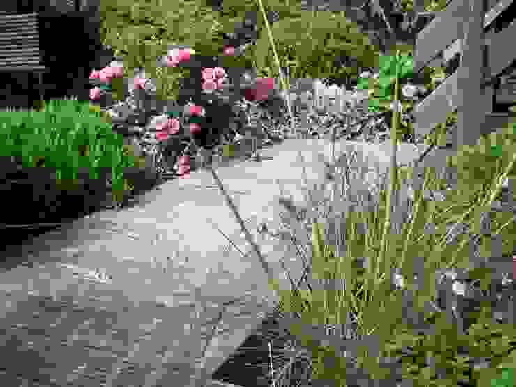 Englischer Garten Pflanzung in Rot- Silber Tönen, Holzdeck Garten im Landhausstil von Tina Brodkorb Landschaftsarchitektur Landhaus