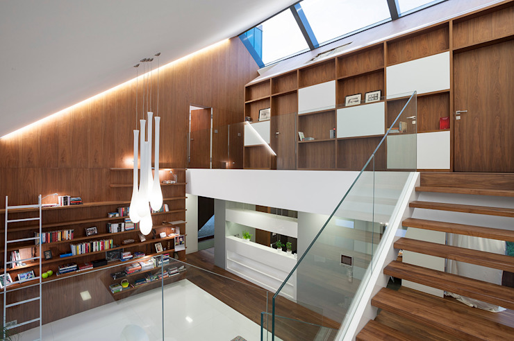 Pasillos, vestíbulos y escaleras de estilo moderno de MOBIUS ARCHITEKCI PRZEMEK OLCZYK Moderno