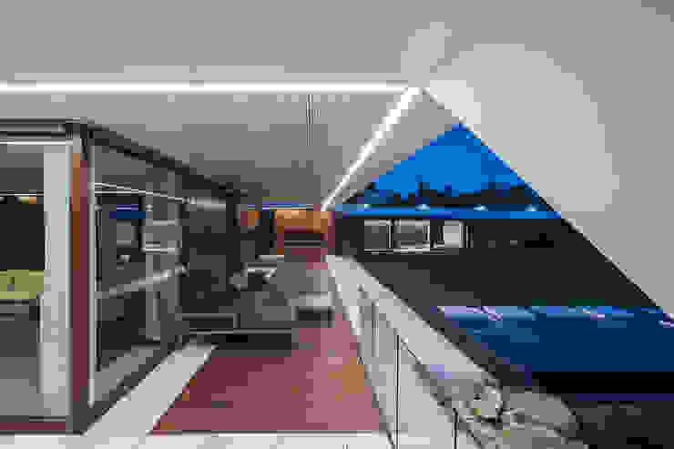 Balcones y terrazas de estilo moderno de MOBIUS ARCHITEKCI PRZEMEK OLCZYK Moderno