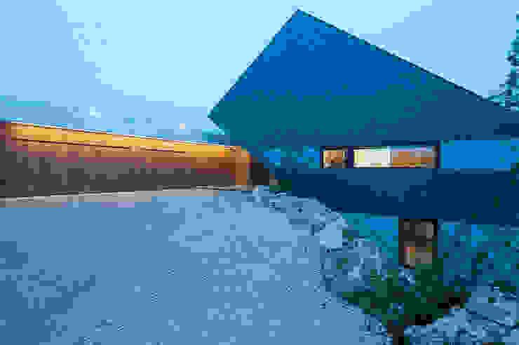 MOBIUS ARCHITEKCI PRZEMEK OLCZYK Modern garage/shed