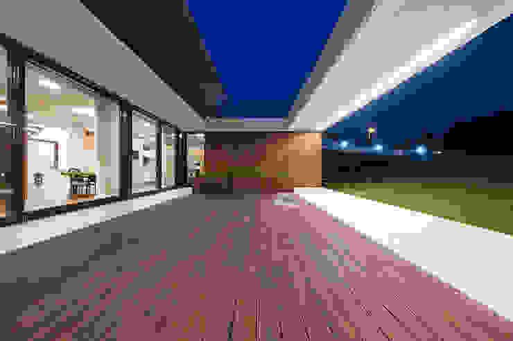MOBIUS ARCHITEKCI PRZEMEK OLCZYK Modern style balcony, porch & terrace