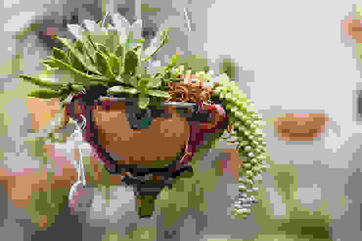 Vaso flutuante.: Jardim  por Ateliê de Cerâmica - Flavia Soares