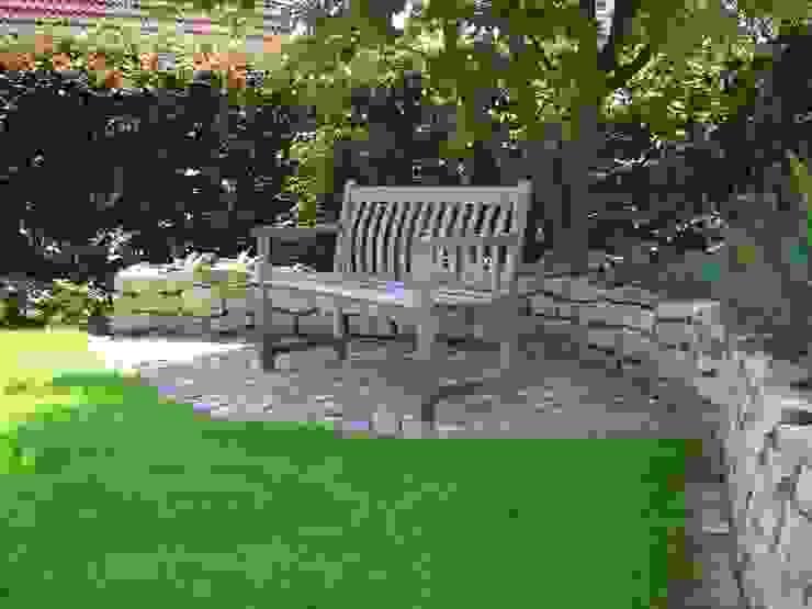 Schattensitzplatz vor Natursteinmauer Moderner Garten von Tina Brodkorb Landschaftsarchitektur Modern