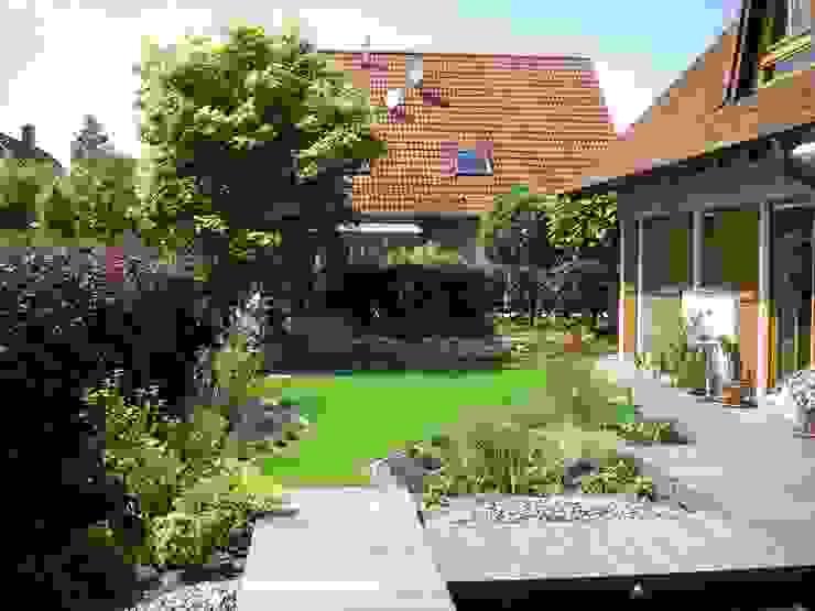 Gerade Stege und Terrassen bilden einen Kontrast zu den geschwungenene Rasen- und Pflanzflächen Moderner Garten von Tina Brodkorb Landschaftsarchitektur Modern
