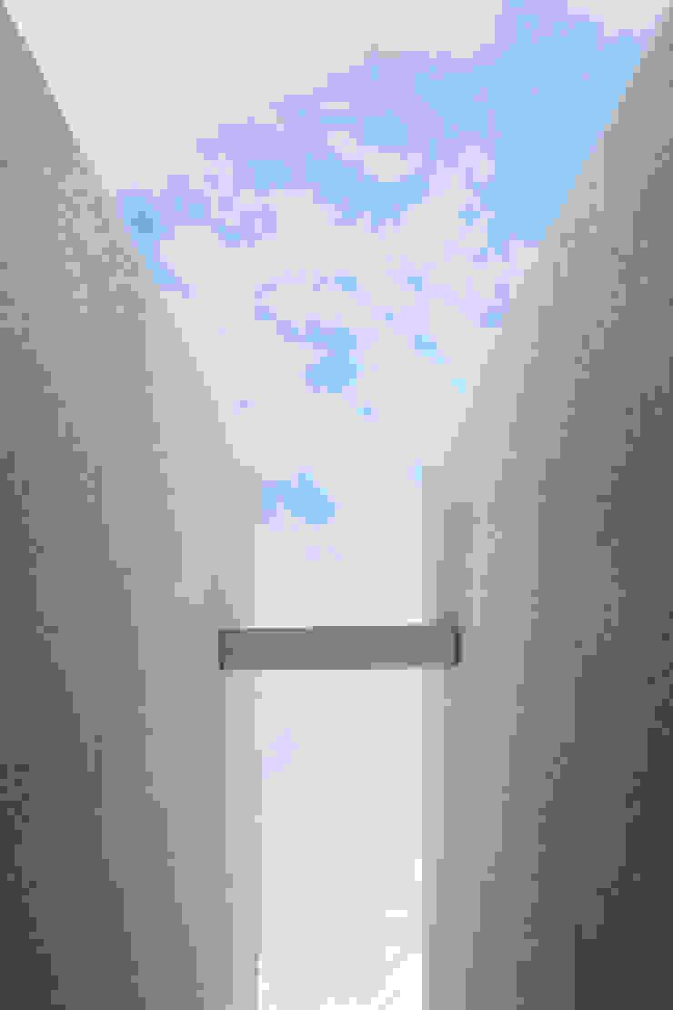 中庭から見た空の風景 Moderne Ladenflächen von 久保田章敬建築研究所 Modern