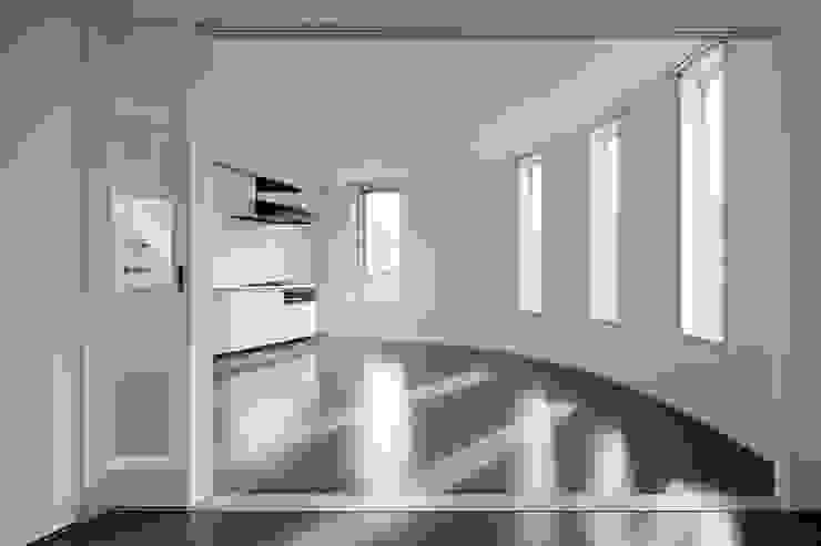 寝室から見たリビング・ダイニング Moderne Ladenflächen von 久保田章敬建築研究所 Modern