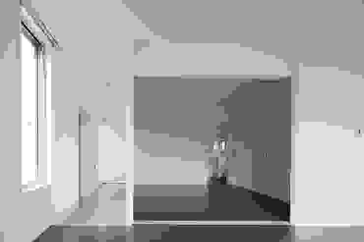リビングから見た寝室 Moderne Ladenflächen von 久保田章敬建築研究所 Modern