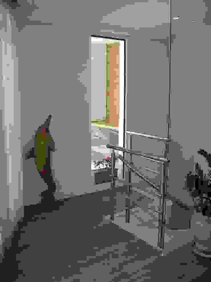 acesso a cobetura:  tropical por Flávia Brandão - arquitetura, interiores e obras,Tropical