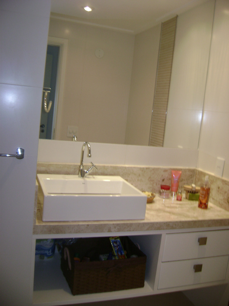 banho suite casal apos reforma:  tropical por Flávia Brandão - arquitetura, interiores e obras,Tropical