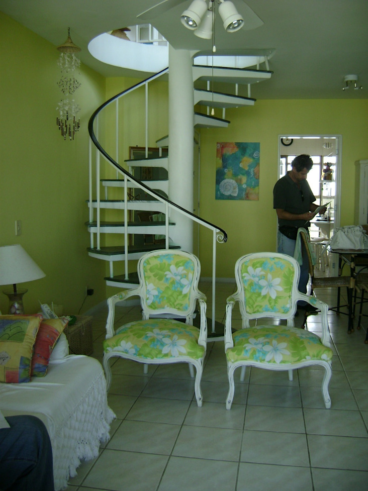 sala principal antes da reforma:  tropical por Flávia Brandão - arquitetura, interiores e obras,Tropical