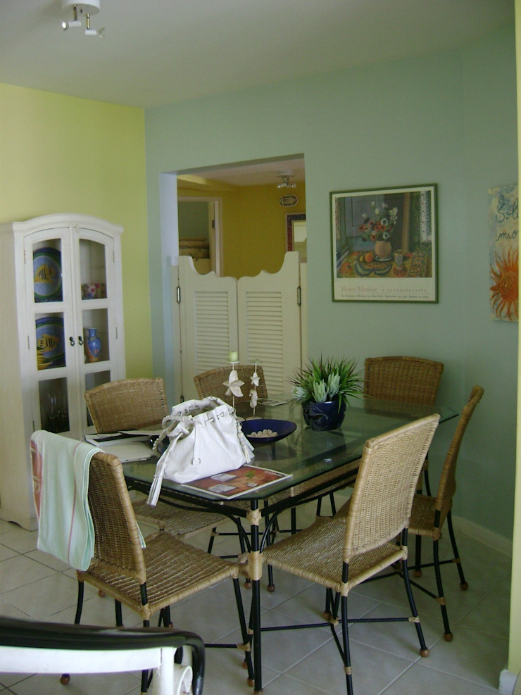 sala de jantar antes da reforma:  tropical por Flávia Brandão - arquitetura, interiores e obras,Tropical