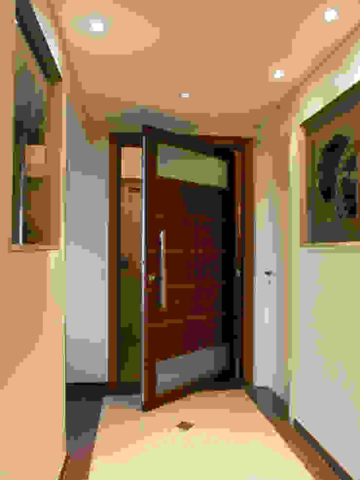 Hall de entrada do apartamento por Flávia Brandão - arquitetura, interiores e obras Clássico